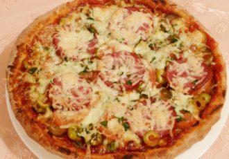 Пицца с колбасой и курицей.
