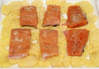 Горбуша запеченая с картофелем и овощами