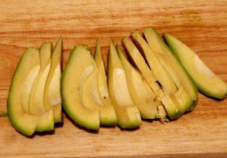 Роллы с семгой, авокадо и огурцом