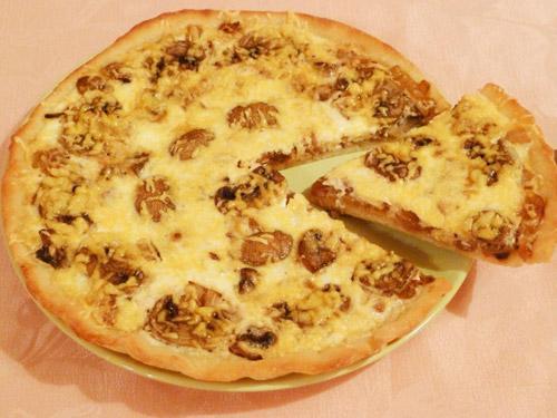 Пицца с грибами в сметанной заливке