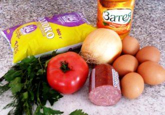 Сочный омлет с помидорами и колбасой