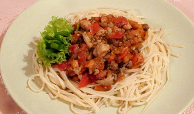 Спагетти с курицей и овощами