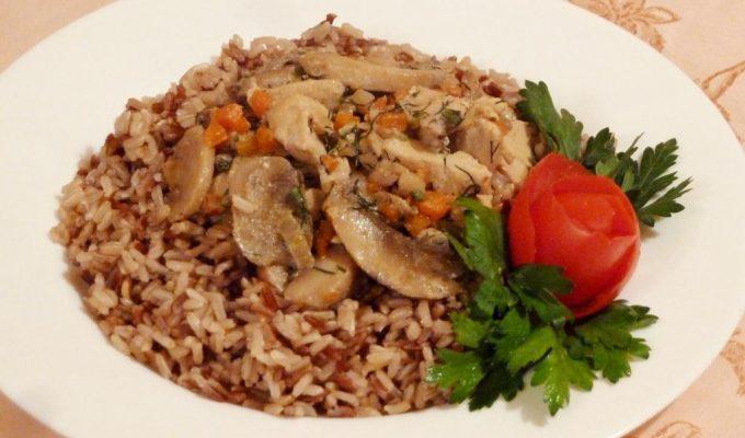 Курица с диким рисом в сметано-грибном соусе