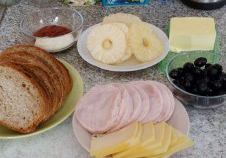 Бутерброд с ветчиной и ананасом
