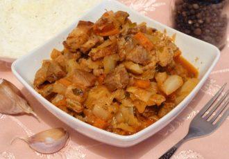 Капуста тушеная со свининой в томатном соусе