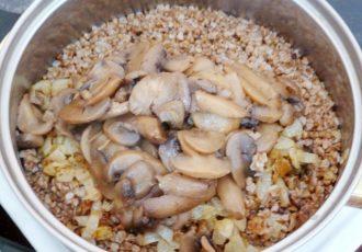 Гречка с грибами и жареным луком