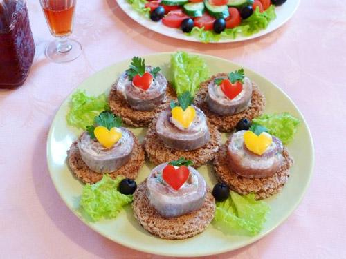 Рулетики из сельди со сливочным сыром